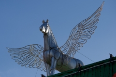 Den Eingang bewacht ein Pegasus